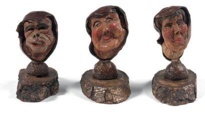 Trois têtes grotesques sculptées dans des...