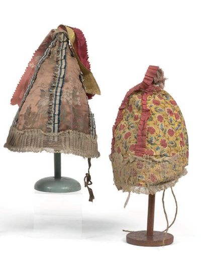 Deux coiffes emboitantes en tissus et rubans....