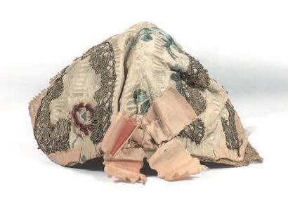 Bonnet d'enfant en lampas broché, soie, dentelle...