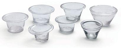 Sept pots à confiture tronconiques, en verre...