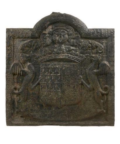 Plaque de cheminée en fonte de fer. Aux armes...