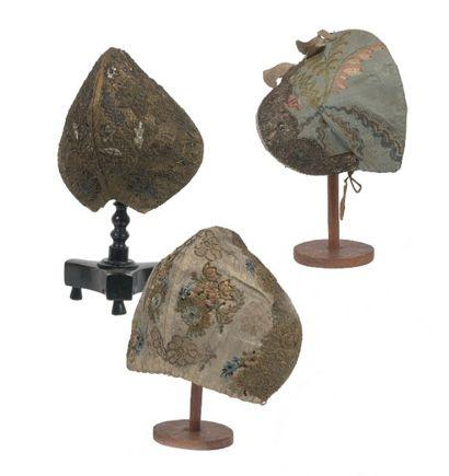 Trois coiffes alsaciennes. Deux bonnets en...