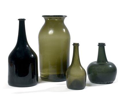 Quatre verreries - Un bocal en verre vert,...