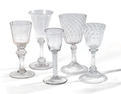 Cinq verres - Un verre en cristal de forme...
