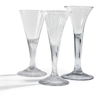 Trois verres en verre transparent, soufflé,...