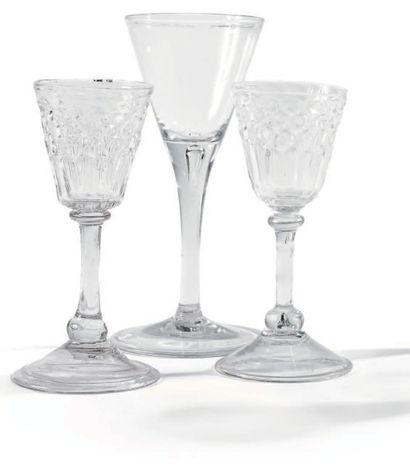 Trois verres en verre ou en cristal transparent, soufflé, moulé. - Deux verres à...