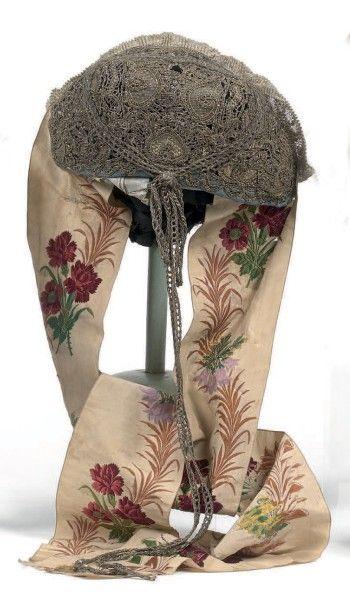 Coiffe régionale. Bonnet emboitant le chignon en lame, frisé et tresse de filé argent,...