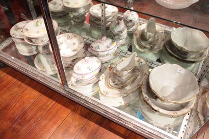 Partie de service à dessert en porcelaine...