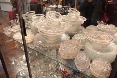 Ensemble de vaisselle en verre moulé comprenant:...