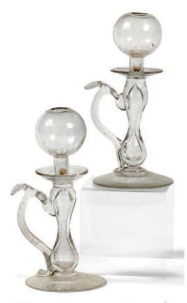 Deux lampes à huile à poignée en verre digitalisé....