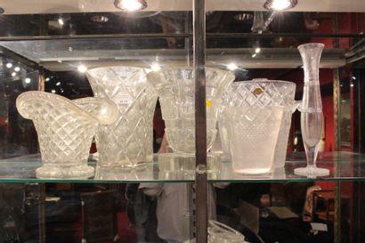 Sept vases divers en verre ou porcelaine
