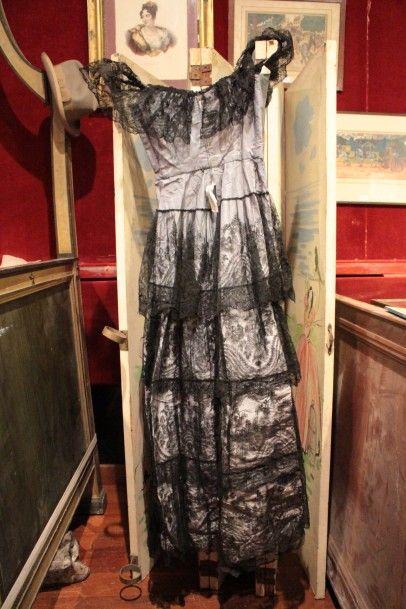 Robe du soir corsetée en taffetas bleu avec...