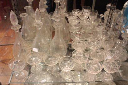 Quinze verres à pied divers en cristal et...
