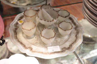 Service à oeuf en opaline blanche à décor...
