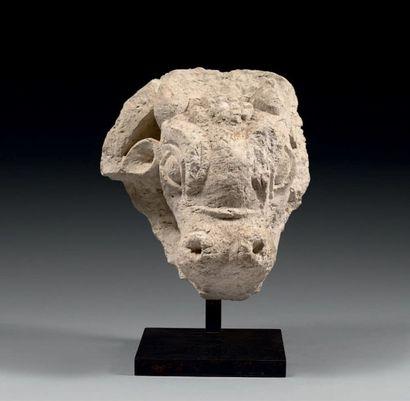 MÉDAILLON orné en relief d'une tête de taurillon....