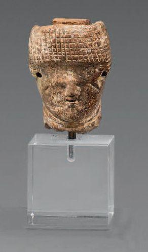 TÊTE D'UNE POUPÉE. Os Égypte, époque Copte...
