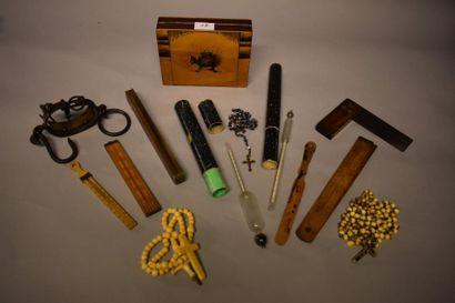 Lot comprenant : boîte, chapelets, mesures,...