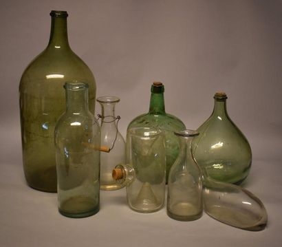 Huit verreries comprenant bouteilles, carafes,...
