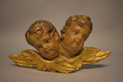 Deux têtes d'angelot en applique, bois polychrome...