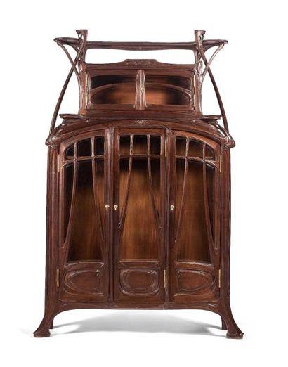 Hector GUIMARD (1867-1942) : Importante vitrine en acajou massif entièrement sculptée...