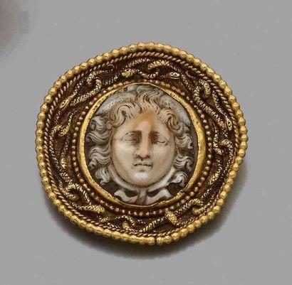 Broche ronde de style antique en or jaune...