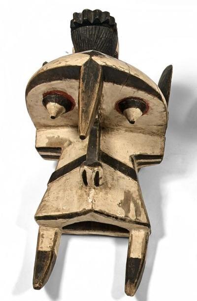 Masque éléphant. A l'arrière une tête humaine....