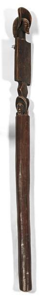 Bâton de chef en bois sculpté de trois têtes...