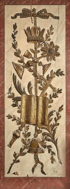 Panneau de boiserie en bois sculpté et doré sur fond laqué crème en faux marbre,...