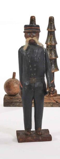 Statuette figurant un gendarme, épée au côté...