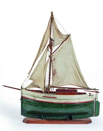 Maquette d'un voilier naviguant en bois peint...