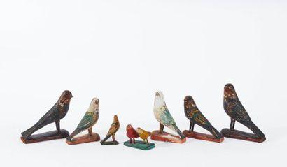 Sept jouets figurant des oiseaux, en bois...
