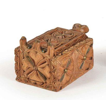 Boîte en pin cembro à rehauts bleus et rouges,...