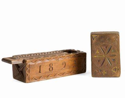 Deux boîtes. Une boîte patronymique en pin...