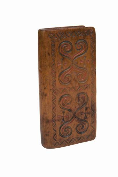 Boîte à missel en pin cembro à décor sculpté...