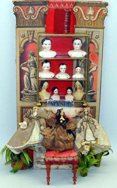 Au Musée : vitrine comprenant neuf têtes...