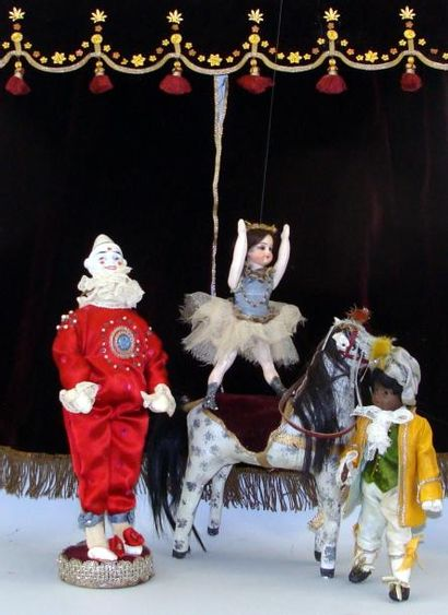 Au cirque : trois personnages sur la piste,...