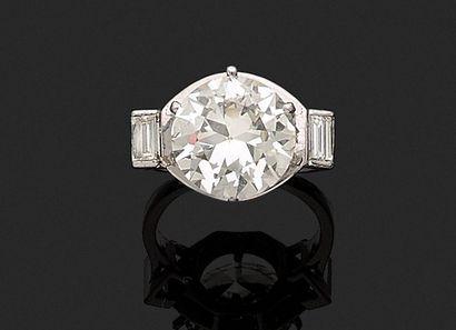 Bague en platine ornée d'un diamant demi-taille...