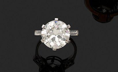 Bague en or gris 18K (750) ornée d'un diamant...