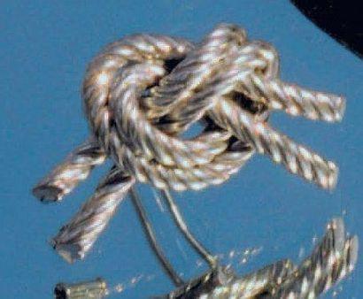 Broche en argent faite de deux cordes nouées....
