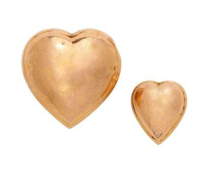 Deux coeurs coulant en or, l'un monté en...