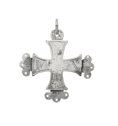 Croix plate des Villards. Croix creuse en...