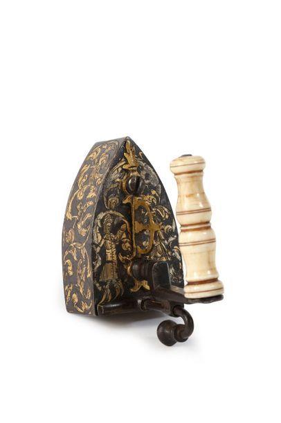 Fer creux à repasser miniature en fer forgé et gravé à rehauts or. Portillon à guillotine...