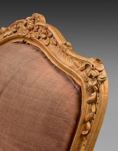 Une paire de fauteuils à dossier plat à chassis, en hêtre redoré, mouluré et sculpté...