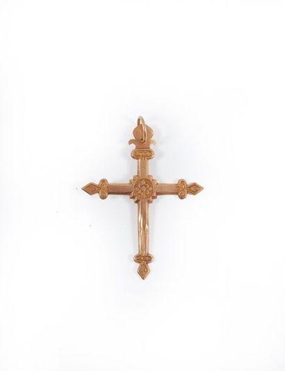 Croix jeannette en or ciselé (chocs). Poids...