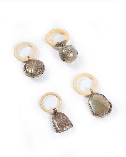 Quatre hochets à anneau en argent. Poids...