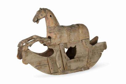 Cheval à bascule en bois résineux avec traces...