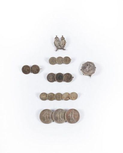 Sept broches dont six en pièces de monnaie...