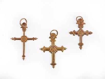 Trois croix jeannette en or. Poids 3,9 g...