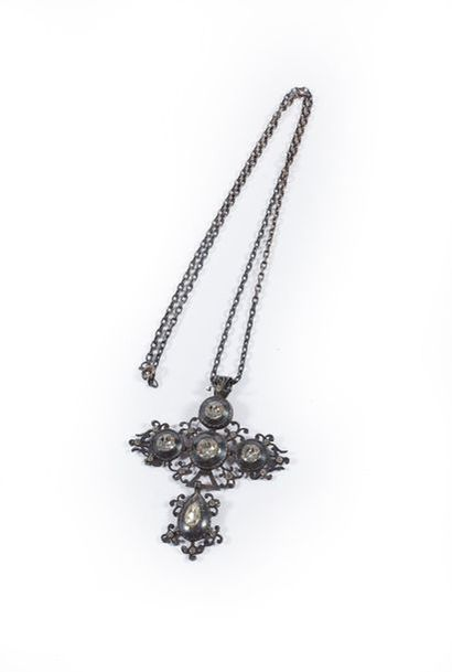 Croix Saint-Lô en acier et strass avec chaînette.