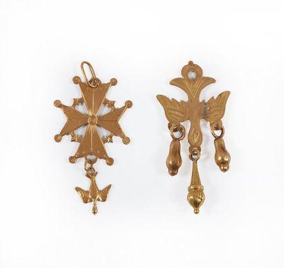 Deux pendentifs Saint Esprit en or. Poids...